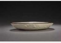 金定窑白釉刻划尚食局铭印花摩羯花卉纹盘的图片,特点,年代