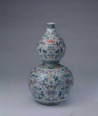 """图案纹饰:缠枝莲纹,红蝠,篆体""""寿""""字纹. 器型式样:葫芦瓶."""