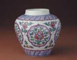 明成化斗彩开光折枝莲纹罐的图片,特点,年代,鉴赏,馆藏