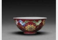 清康熙胭脂红地珐琅彩开光花卉纹碗的图片,特点,年代,鉴赏