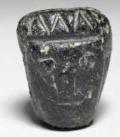 新石器时代晚期墨玉人首玉饰的图片,特点