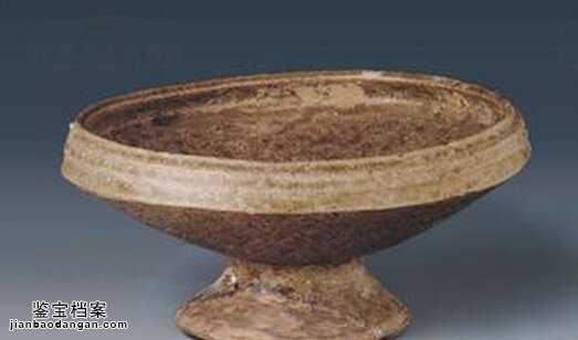 大约在商代中期(约公元前十六世纪),我国制陶技术有了很大进步,制陶水平空前提高,陶器出现了质的飞跃,产生了我国最早的青釉瓷器。由陶器发展而来的青釉瓷,处于瓷器的创始阶段,所以学术界称做原始青瓷。 原始青瓷的发明创造,是我国陶瓷史上重大的事件。从此,陶和瓷成为两种性质各不相同而又有密切联系的事物,在历史的进程中按照各自社会需要的规律平行发展。  从商代遗址中出土的大量瓷片来看,其造型器物有尊、罍、钵、罐和豆等。釉色以青绿色釉和黄绿色釉为主,也有少量的绿色和淡黄色釉等。花纹装饰早期有方格纹、篮纹、弦纹较多,还
