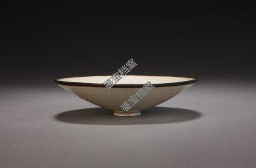 北宋定窑白釉刻花菊瓣纹笠式碗档案